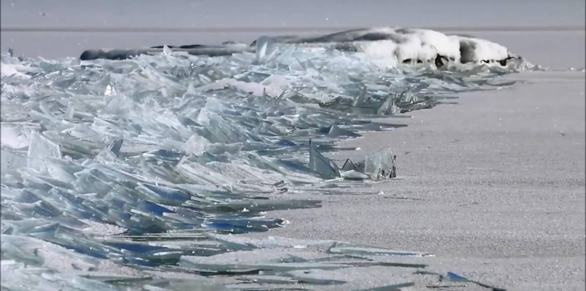 il video ipnotico di un lago ghiacciato