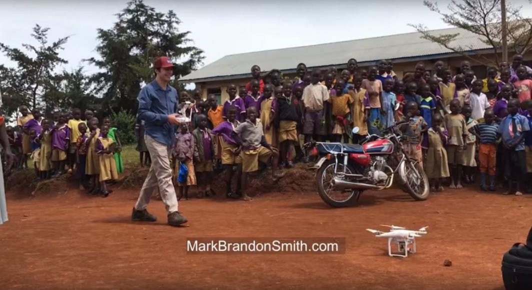 Bambini ugandesi vedono un drone per la prima volta