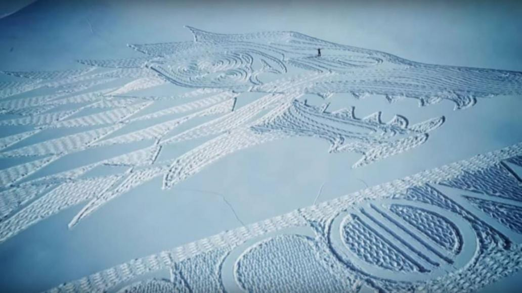 emblema degli Stark disegnato sulla neve delle alpi francesi