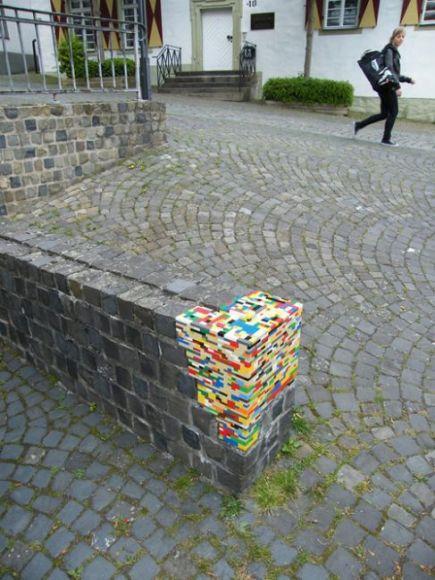 Dispatchwork è l'arte di abbellire vecchi edifici con i Lego