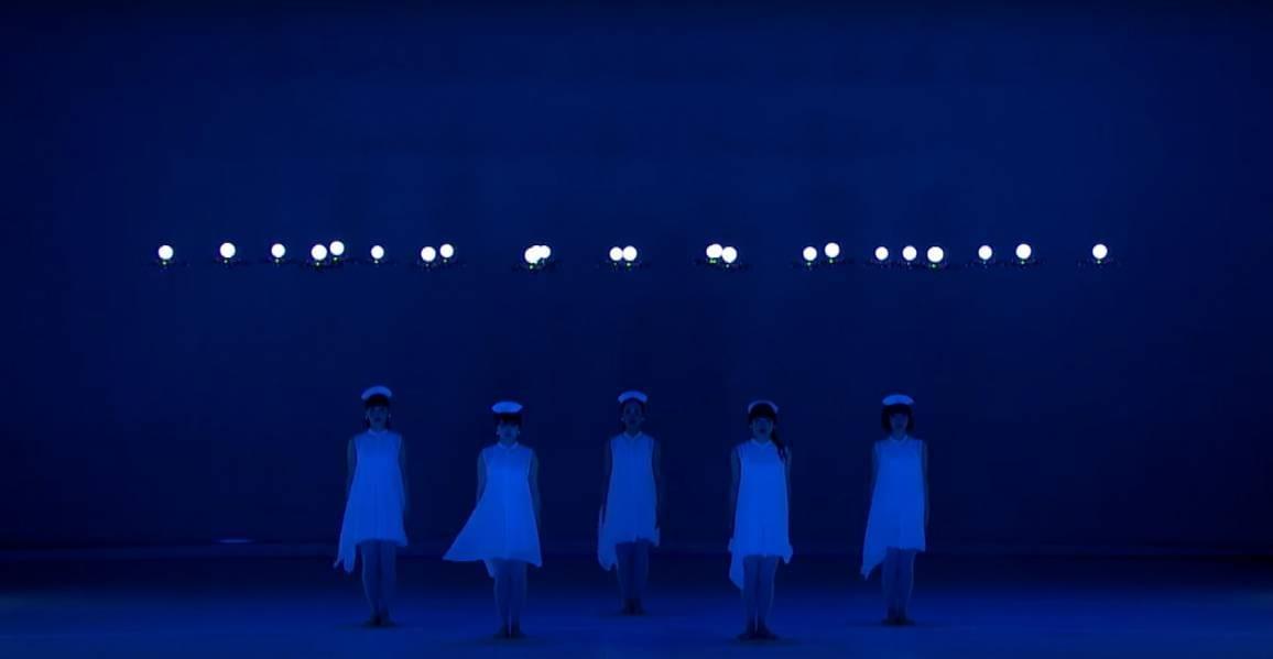 24 droni danzano con le ballerine