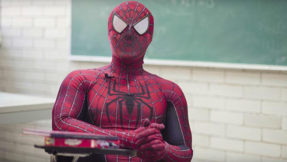 Guardate questo professore insegnare scienze vestito da Spider-Man!