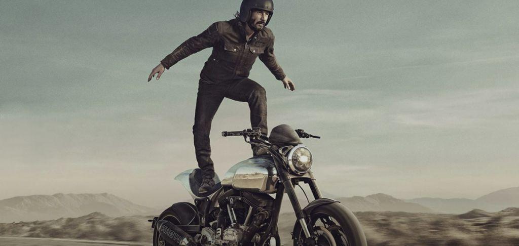 Keanu Reeves in equilibrio su una moto
