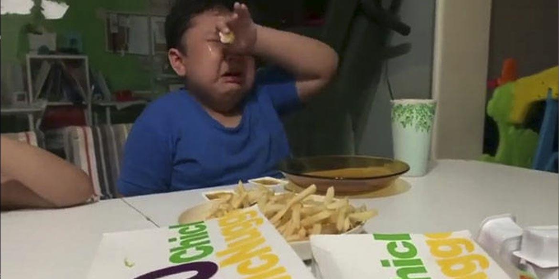 bambino piange per McNuggets