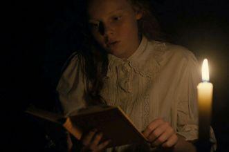 ragazza legge libro al buio