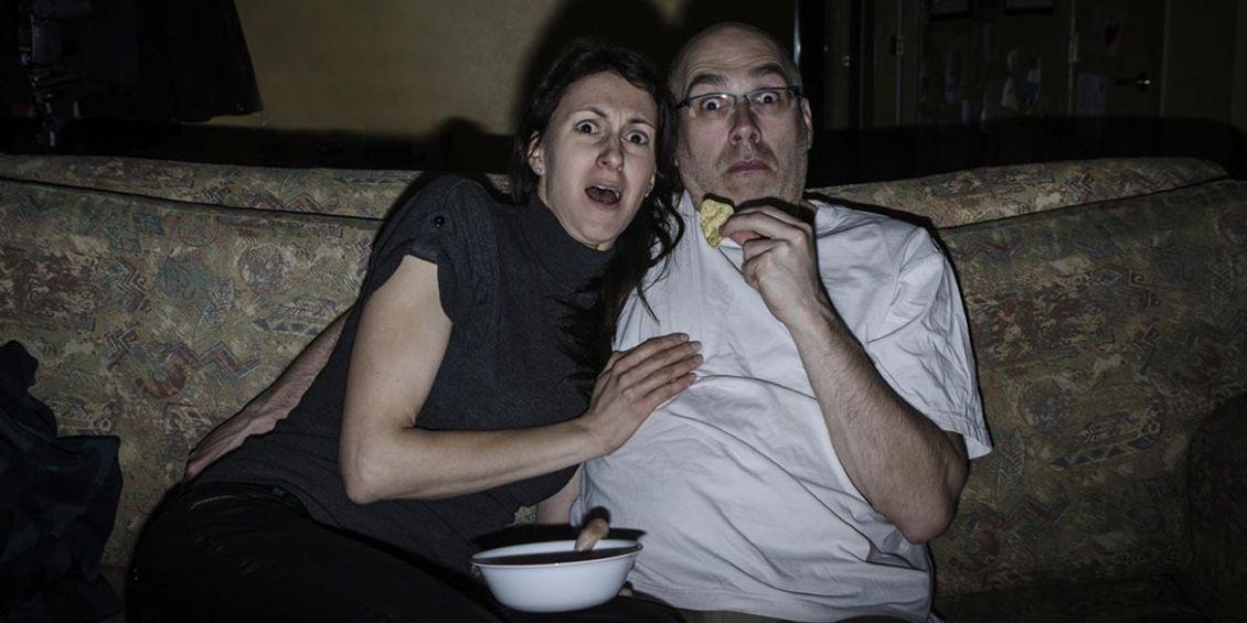 coppia guarda film spaventoso in TV