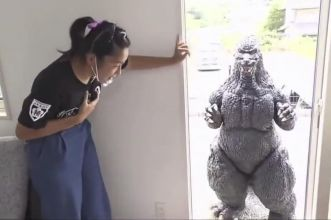 ragazza giapponese va ad appuntamento con godzilla
