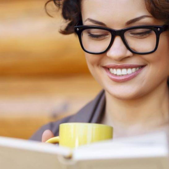 ragazza nerd legge un libro