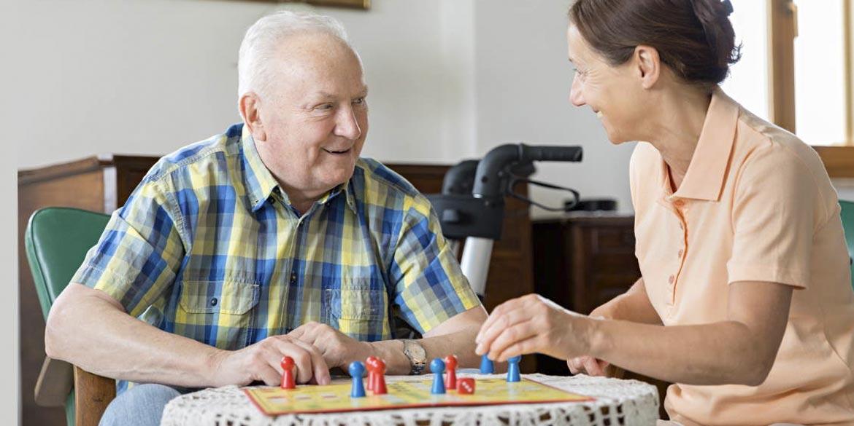 anziani e giochi da tavolo